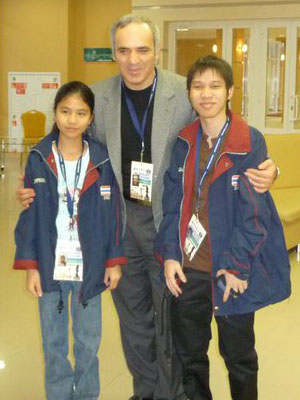 Kasparov meets the smallest members of Team Thailand